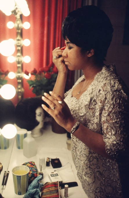 Check out Aretha Franklin looking glamorous and chic as she prepares to go onstage in 1969.